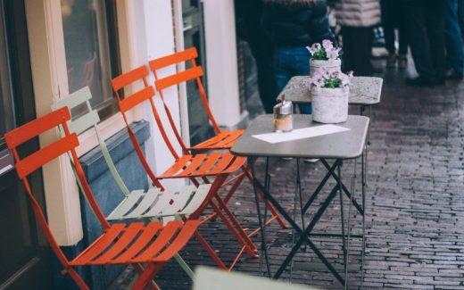 Skab en stemningsfuld atmosfære med flotte moderne eller vintage caféborde